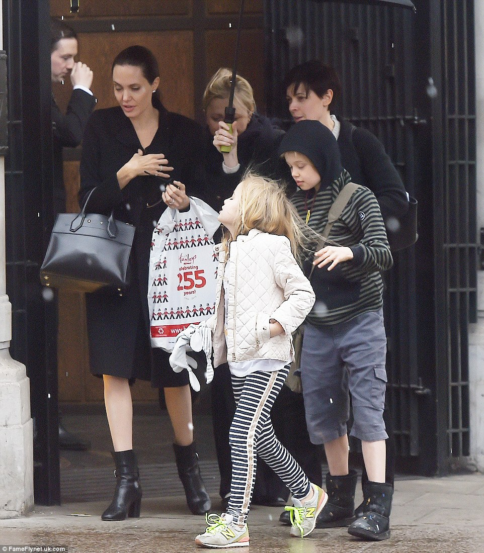 Angelina Jolie spend a girls' day with  daughters Vivienne and Shiloh toy shopping (Photos)