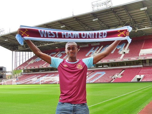 17-Year-Old Nigerian, Tunji Akinola Signs Contract With West Ham (Photos)